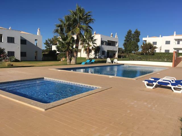 Apart (L) near the beach with pool SALGADOS AREA - Pêra - Leilighet