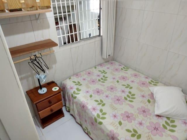 Quarto casal 1. Ar condicionado, cortinas black out, abajur, prateleiras, criado-mudo, travesseiros com capas em algodão