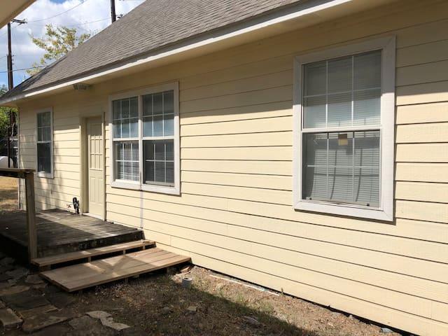Cozy Guest Cottage North Dallas 4 bedrooms, Desk