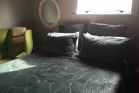 Nelson city cosy sunny queen bed with breakfast