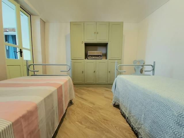 Camera da letto con due letti singoli.