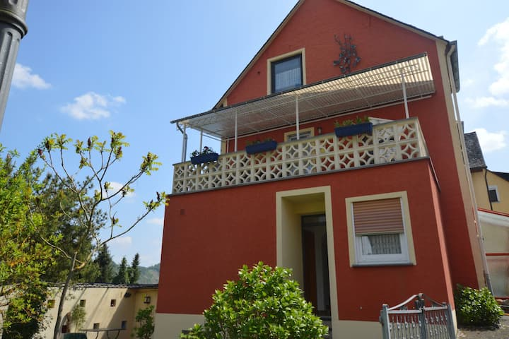 Comfortable flat with view of the Moselle valley and vineyards and garden.