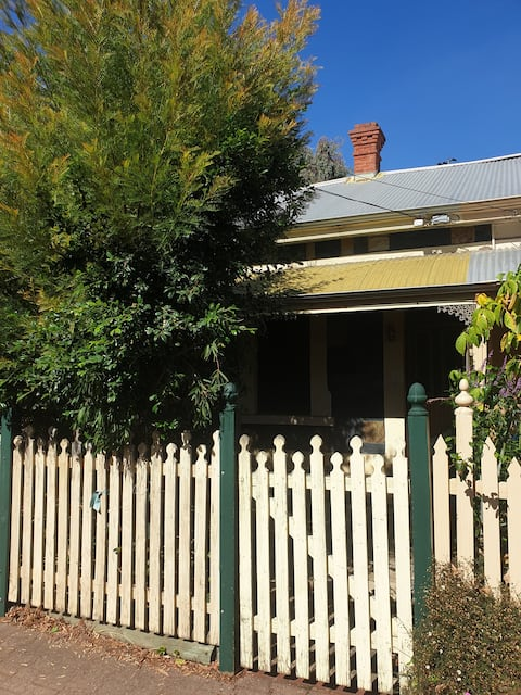 Phils Clyde St Cottage near shops facilities & CBD