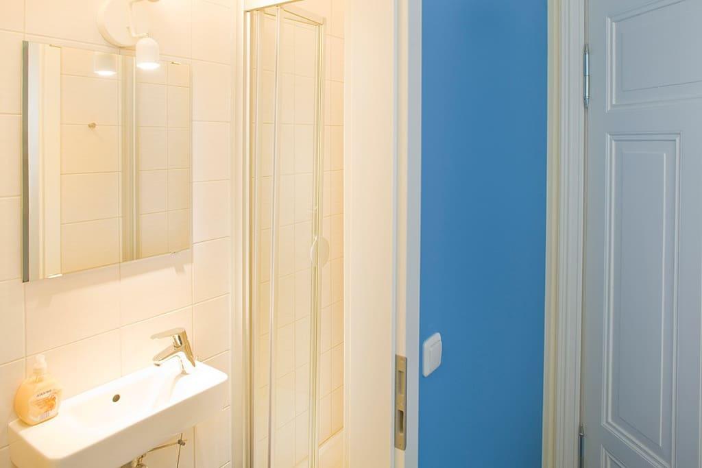 Das ist das Bad der BLAUEN Wohnung, das Bad der Gelben ist identisch