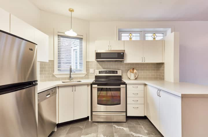 Leslieville Living - Newly Renovated Apartment