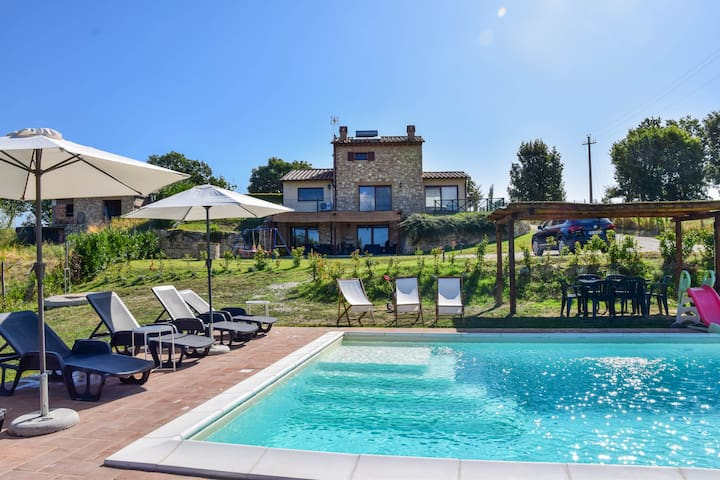 Detached villa with private pool 90km from Rome