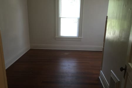Very basic 3 bedroom apt. (2 bedrooms available) - Oxford - Apartment