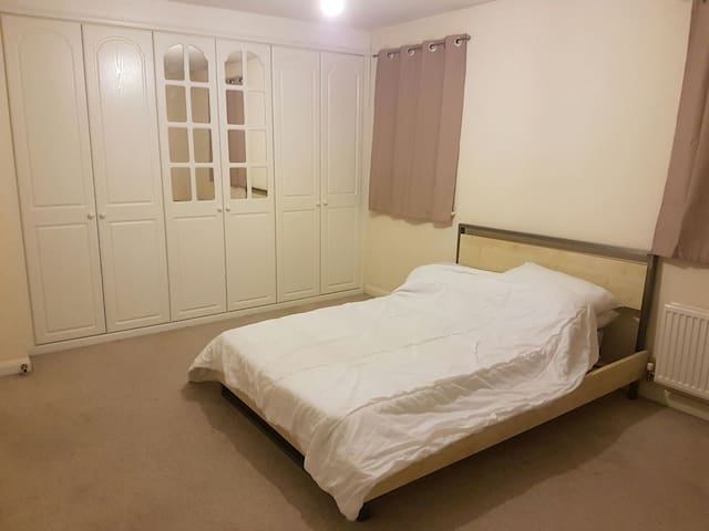 Nice and quiet double en-suite room - Halifax - House