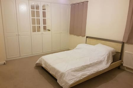 Nice and quiet double en-suite room - Halifax - 단독주택