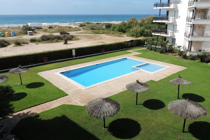 AT017 CONSTEL.LACIÓ: Apartment with pool in front of the beach in Creixell