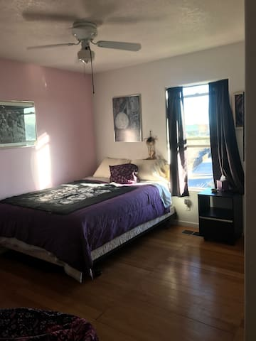 Private bedroom with shared full bath - Santa Fe - House