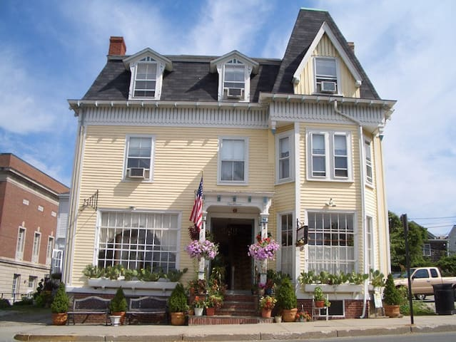 Downtown life in a great one bed - Newport - Bed & Breakfast