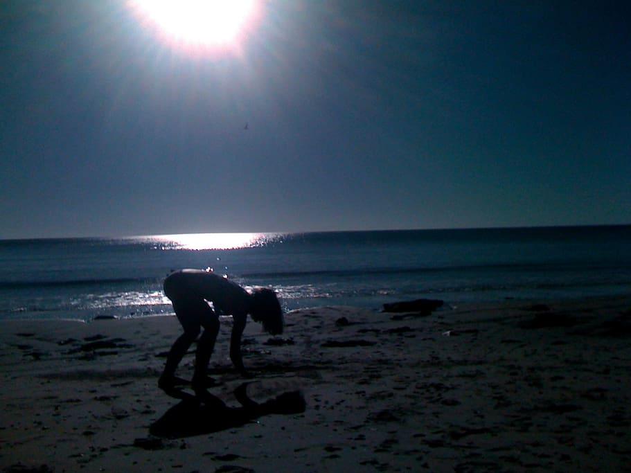 seuls sur la plage en fin de journée