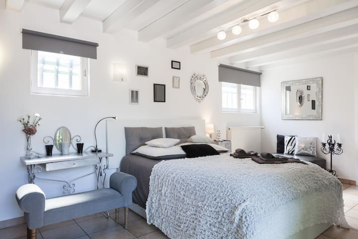 """Chambre """"Baroque"""" Lit de 140 / bed  (160 cm wide)"""