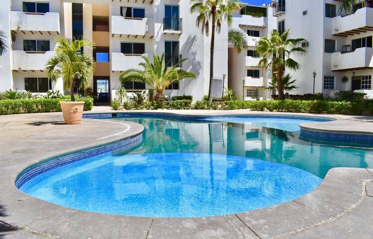 Nice private room, walk to Medano Beach & Clubs