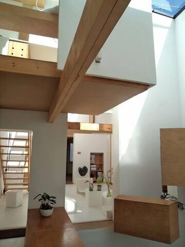 vue sur salon espace sdb  au dessus depuis cuisine