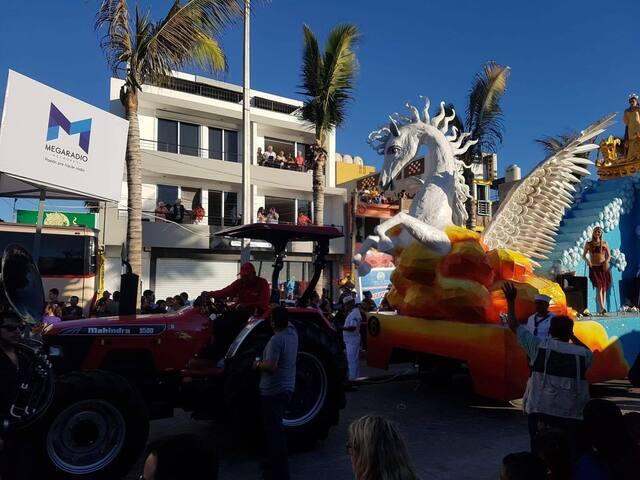Desde tu departamento puedes disfrutar del desfile de carnaval. You can enjoy Mazatlan's carnival parade from your apartment.