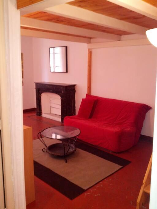 Appartement typique de Nice avec tomettes au sol et cheminée en marbre