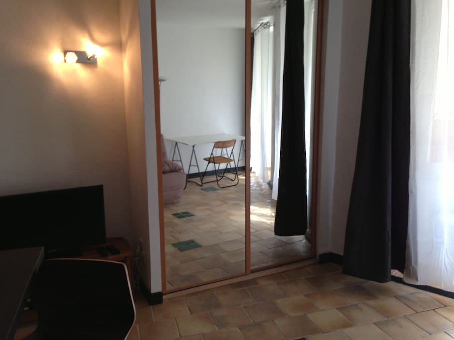 Nice studio in historical avignon flats for rent in for Miroir 220 review