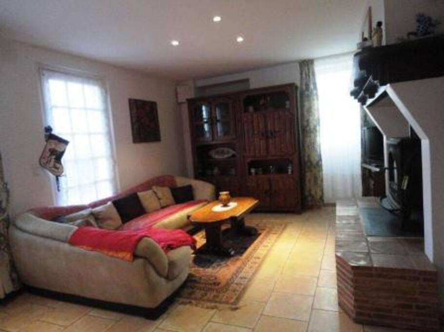salon spacieux avec cheminée et coin télé