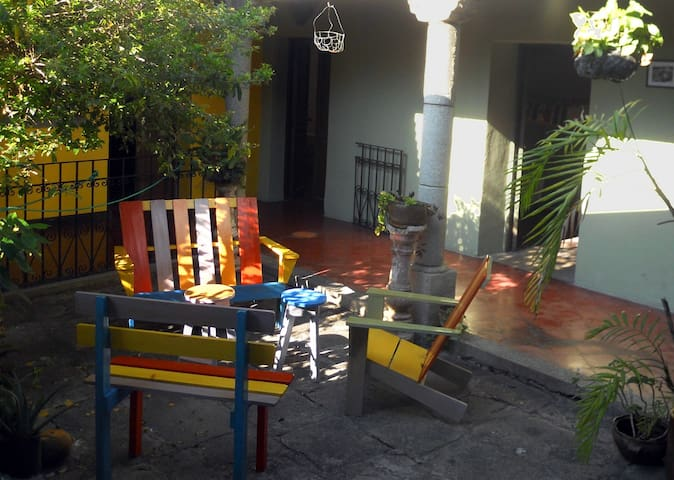single room, central and quiet - Guatemala City - Bed & Breakfast