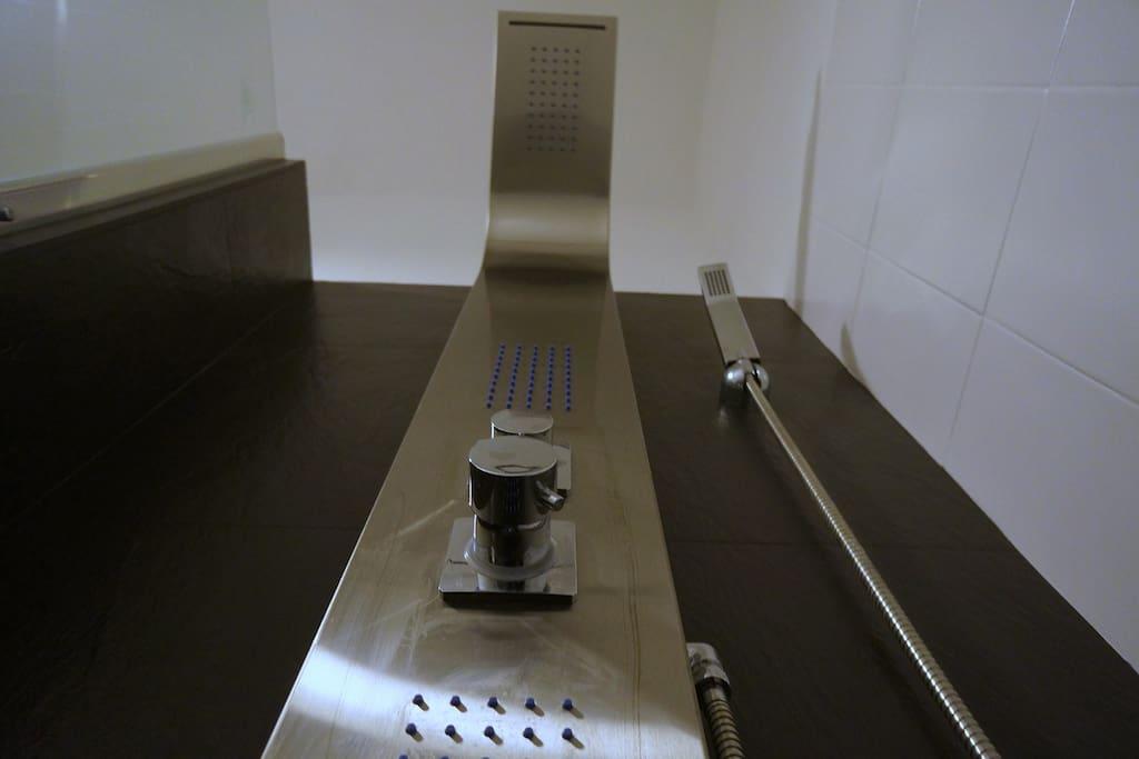 Hydro massage column with cascade