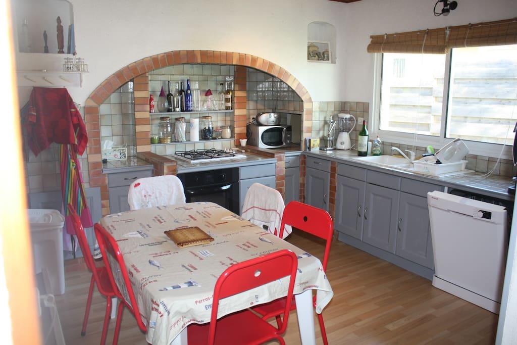 La cuisine et à gauche (cachée) son arrière cuisine