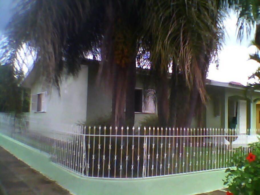 Diagonal da casa que conta ainda com grande pátio na parte de trás.