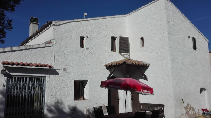 Habitación abuhardillada en antigua masía.