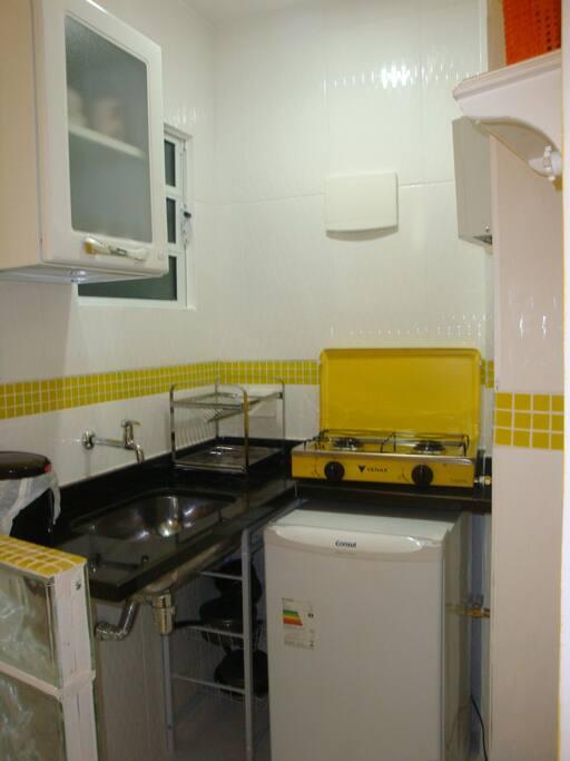 Cozinha com Frigobar, Fogão de 2 bocas, Microondas, Cafeteira, Louças e Talheres