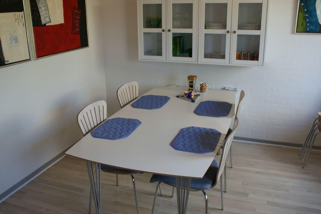Spisebord i køkken