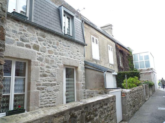 Petite maison de pêcheur. - Saint-Vaast-la-Hougue