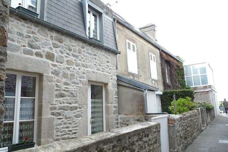 Petite maison de pêcheur. - Saint-Vaast-la-Hougue - Hus