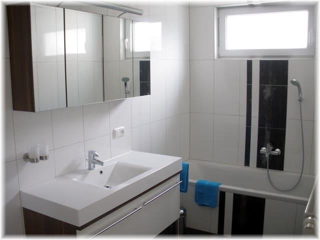 Badezimmer mit Extradusche