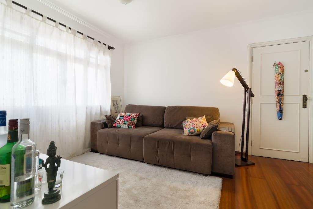 O sofá é de Room Theater e, portanto, abre, podendo ser usado como uma confortável cama de 2,5 metros. Oferecemos também um colchão de solteiro, caso seja preferível ao sofá.