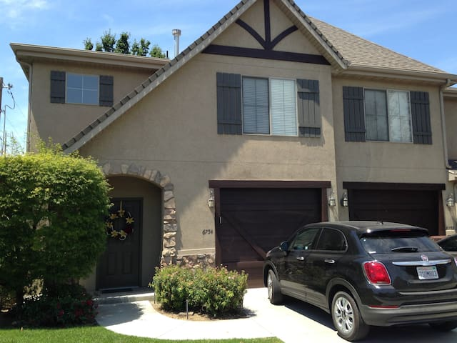 5 Star Shoestring…ski, swim, save. - Midvale - Townhouse