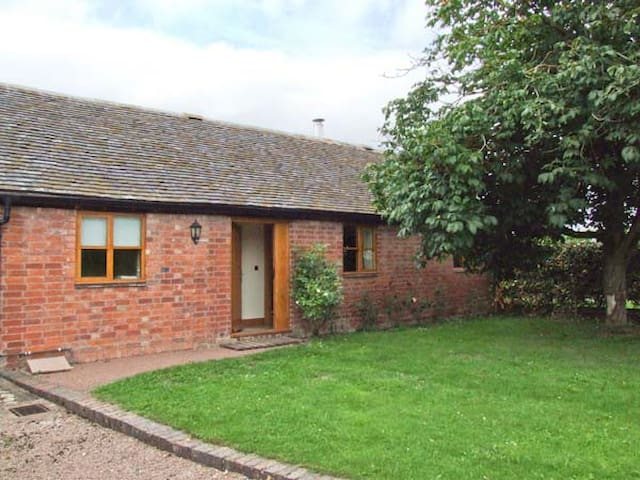 DOVE COTTAGE, family friendly in Drakes Broughton, Ref 28637