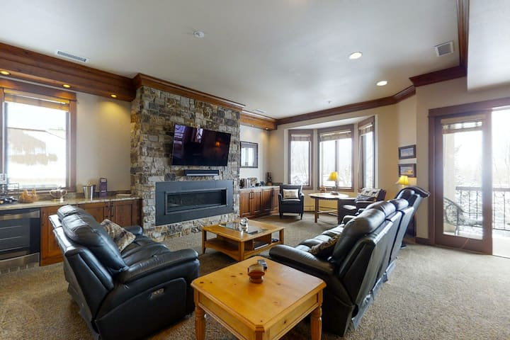 Upscale penthouse will delight w/ shared hot tub, pool, & winter shuttle!