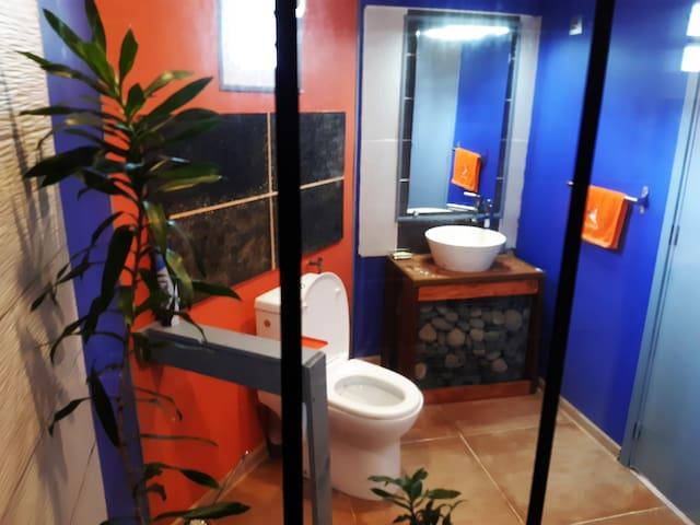 Salle de bain vue de la douche italienne