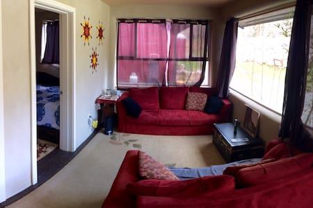 Cob Cabin at Skutz Falls - Lake Cowichan - Erdhaus