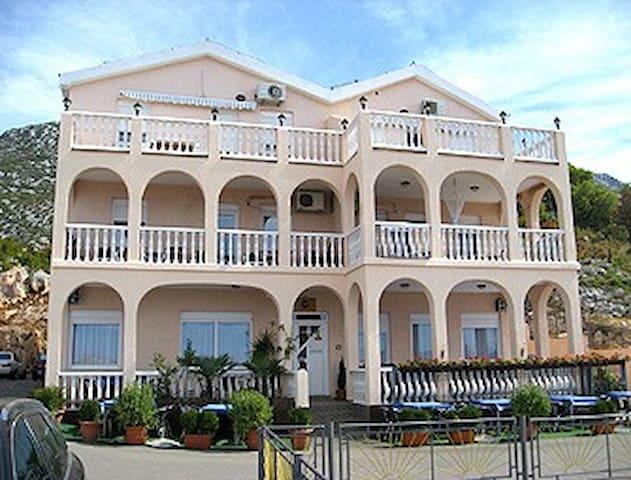 "Apartments and restaurant ""DELFIN"" - Karlobag - House"