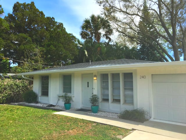 Updated 2/1 House Near the Beaches - Nokomis - Hus