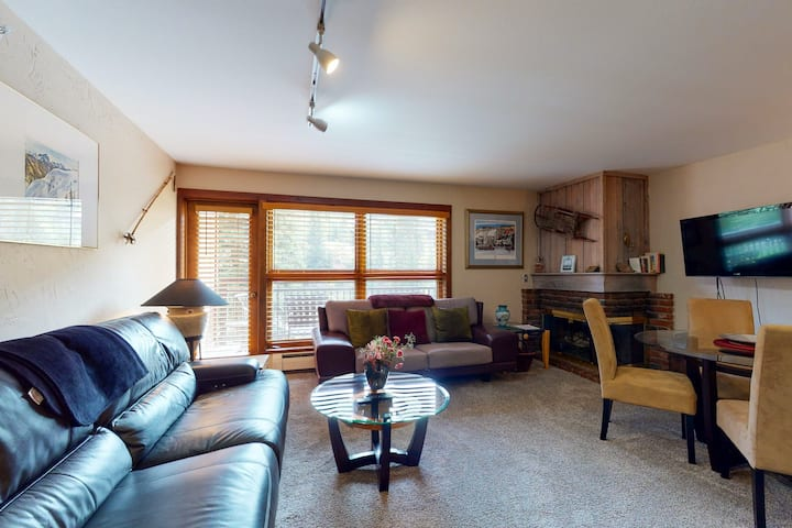 Ski-in/out, mountain view w/ fireplace, fast WiFi & shared pool/hot tubs/laundry