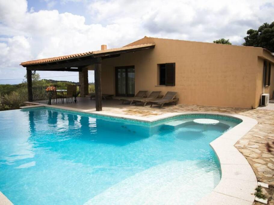 Villa con piscina e grande giardino privato ville in for 3 piani di camera da letto 2 bagni piani 1 storia