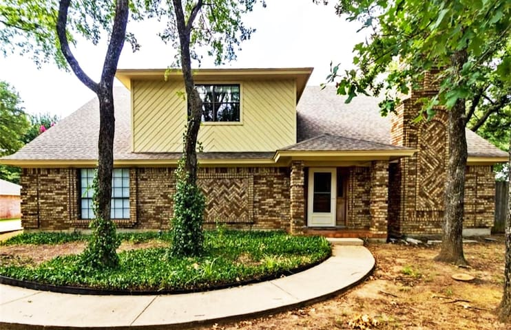 Beautiful master bedroom near DFW airport - Bedford - House
