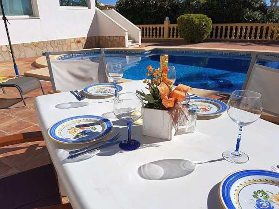 Frühstück in der Sonne Spaniens direkt am Pool