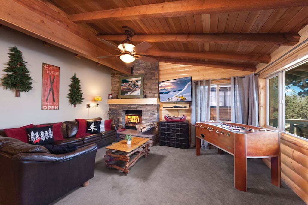 Stay & Play In The Cozy Great Room with Leather Couches, Smart TV and Foosball table