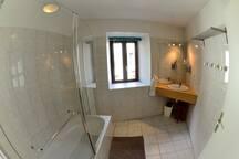 La salle de bain réservée aux voyageurs, partagée est nettoyée chaque jour.