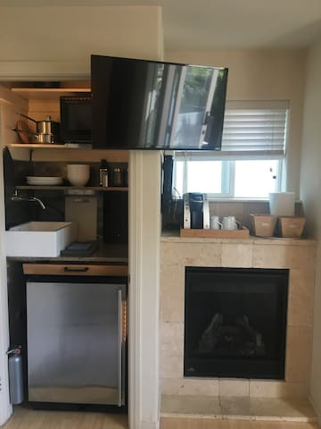 Fireplace and kitchenette with fridge and ice maker. Fill up the cooler with ice for drinks or snacks on the beach.