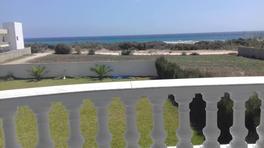 joli appartement S+2 face à la mer